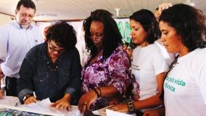 Claudelice (esquerda) e Laisa Santos Sampaio (direita) entregam um abaixo assinado para autoridades pedindo a federalização das investigações do duplo assassinato